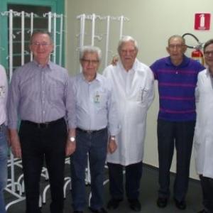 Da esquerda para a direita: o 1º Secretário da Santa Casa, José Guilherme Bruniera, João Zarinello, o provedor, José Carlos Simões, Dr. João Batista Amaral Pacca, do Laboratório Dr. Pacca Análises Clínicas, Francisco Xavier de Carvalho, Dr. Sérgio