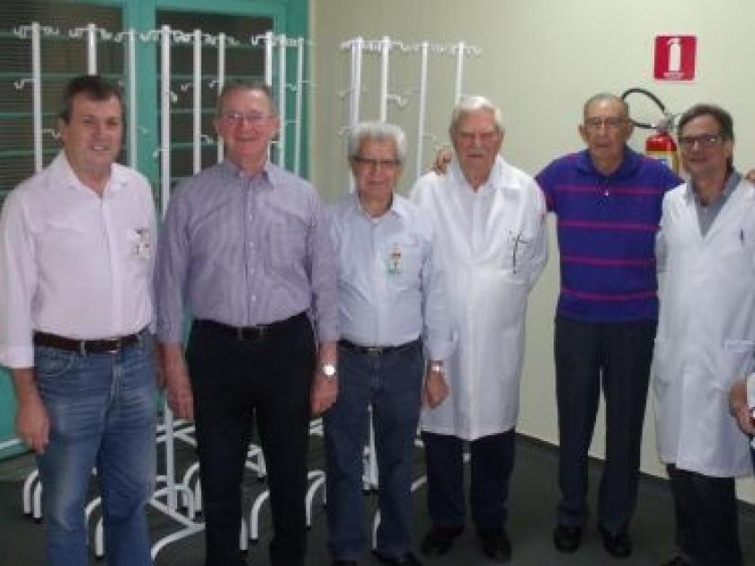 Santa Casa de Sertãozinho recebe doação de suportes para soro com pintura própria para UTI