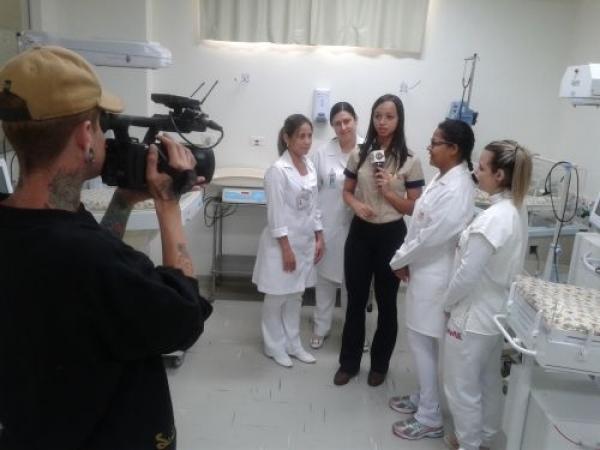 STZ TV faz reportagem na UTI Neo Natal da Santa Casa de Sertãozinho sobre a utilização dos polvos de crochê em bebês prematuros