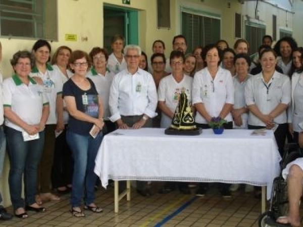 Colaboradores da Santa Casa de Sertãozinho participam de oração realizada pela equipe da Pastoral da Saúde da Paróquia Nossa Senhora Aparecida em homenagem ao Dia dos Enfermeiros