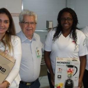 O Provedor da Santa Casa, Sr. José Carlos Simões e a administradora, Daniela Thomazini Moro entregaram os brindes aos dois colaboradores que foram agraciados através de sorteio. Parabéns