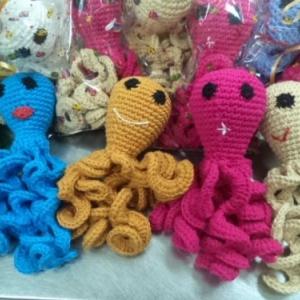 Polvos de crochê estão ajudando bebês prematuros a se sentirem mais seguros e confortáveis em maternidades. Ao abraçar o brinquedo, os recém-nascidos se sentem mais calmos e protegidos, pois os tentáculos se remetem ao cordão umbilical e dão segurança