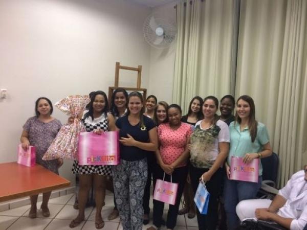 Em foco, as enfermeiras Adriana Recco e Zenaide Ferreira de Lima com algumas das gestantes que foram agraciadas com brindes no encerramento do 2º curso de gestantes do ano da Santa Casa de Sertãozinho