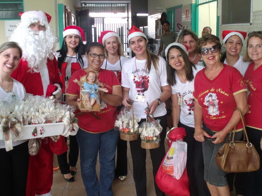 Menino Jesus e Papai Noel visitam pacientes e colaboradores da Santa Casa