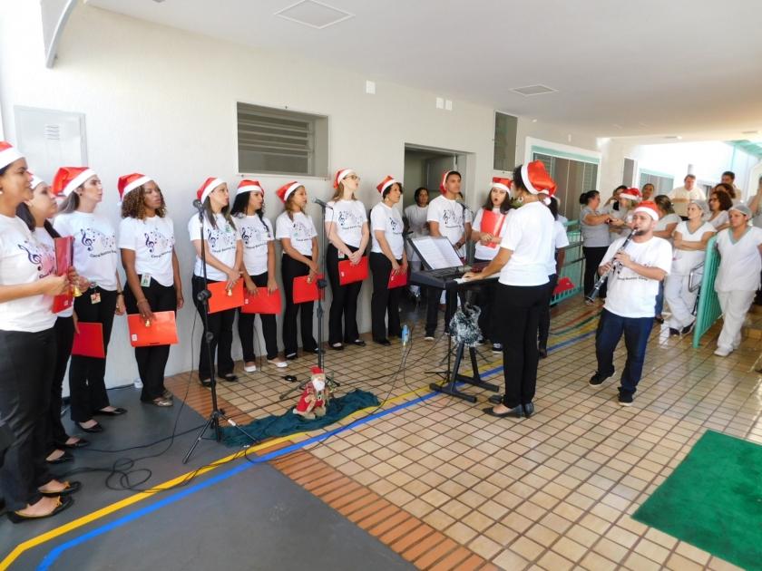 Coral formado por funcionários da Santa Casa e voluntários se apresenta e emociona pacientes do hospital