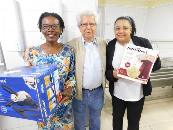 Dois aniversariantes receberam os brindes sorteados pelo CIH, adquiridos todos os meses através de uma contribuição dos membros da Irmandade /FOTOS: Josiane Cunha