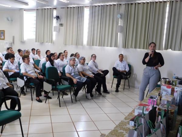 """Colaboradores da Santa Casa de Sertãozinho assistem a uma palestra sobre """"Saúde Mental"""" com a Psicóloga, Thaís Martelli durante a SIPAT 2019 / FOTOS: Josiane Cunha"""