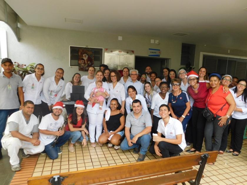 Grupo formado pela professora de música, Rita Nascimento se apresenta e emociona pacientes da Santa Casa