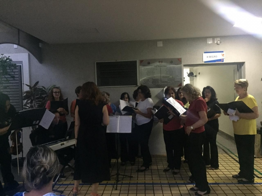 Coral Vivace alegra noite de colaboradores e pacientes na Santa Casa de Sertãozinho