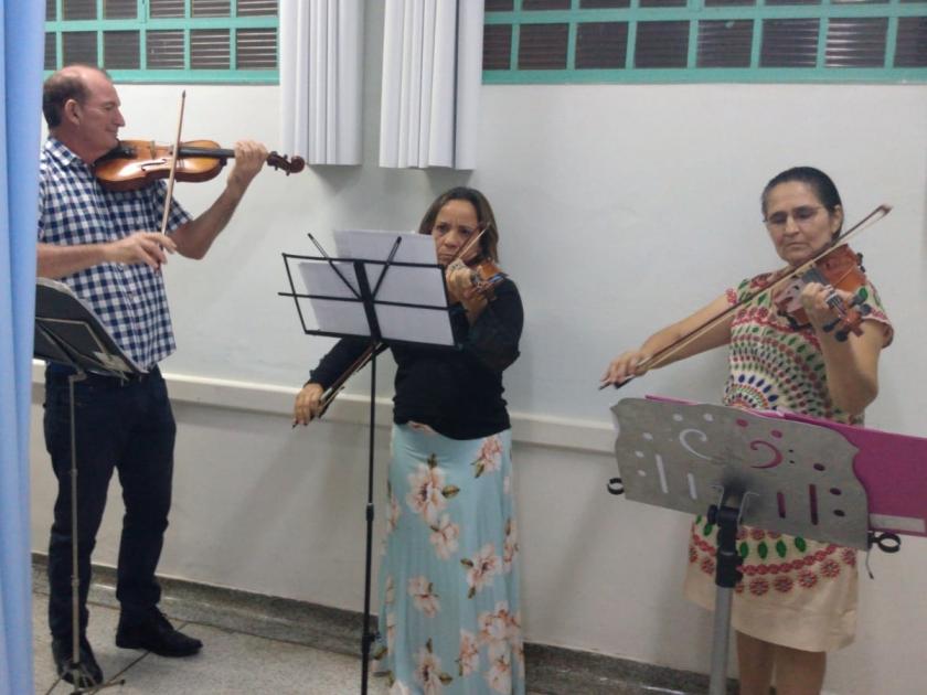 Roberto Bizio e alunas dão um show de violino na Santa Casa de Sertãozinho