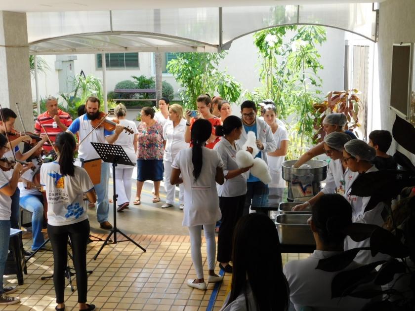 Apresentação de alunos e professores da Instituição Aparecido Savegnago inicia comemorações natalinas na Santa Casa de Sertãozinho