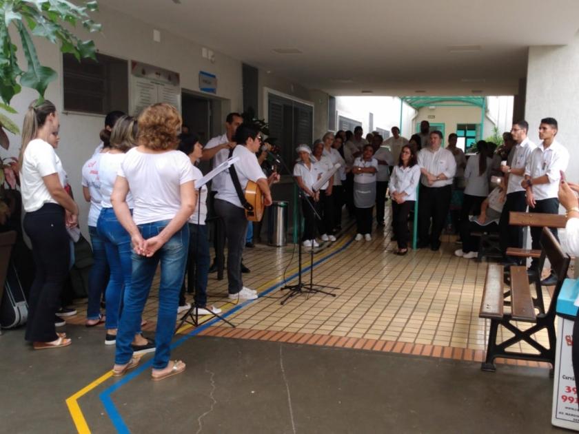 Grupo Amor e Canção se apresenta e emociona pacientes da Santa Casa