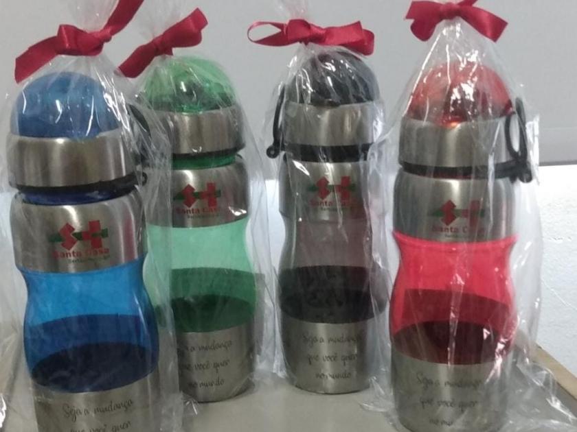 Colaboradores da Santa Casa ganham garrafinha personalizada como mimo especial de Natal
