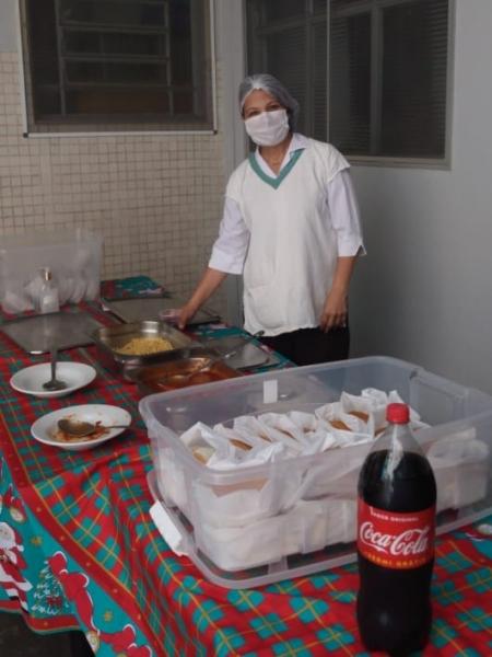 Colaboradores da Santa Casa de Sertãozinho se deliciam com cachorro quente especialmente preparado pela Unidade de Alimentação e Nutrição e pelo Serviço de Hotelaria do hospital