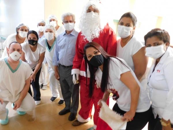Colaboradores e pacientes da Santa Casa recebem a visita do Papai Noel na manhã de quarta-feira, dia 23