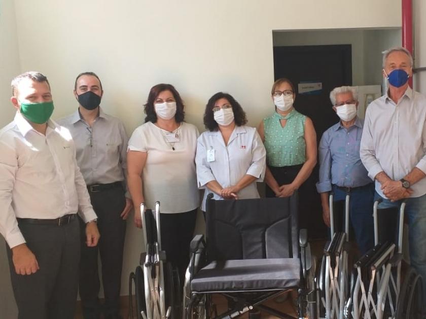 Sicredi faz doação de quatro cadeiras de rodas para a Santa Casa